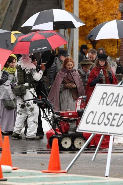 Сирша Ронан, Эмма Уотсон, Флоренс Пью и Элайза Сканлен на съёмках фильма «Маленькие женщины»
