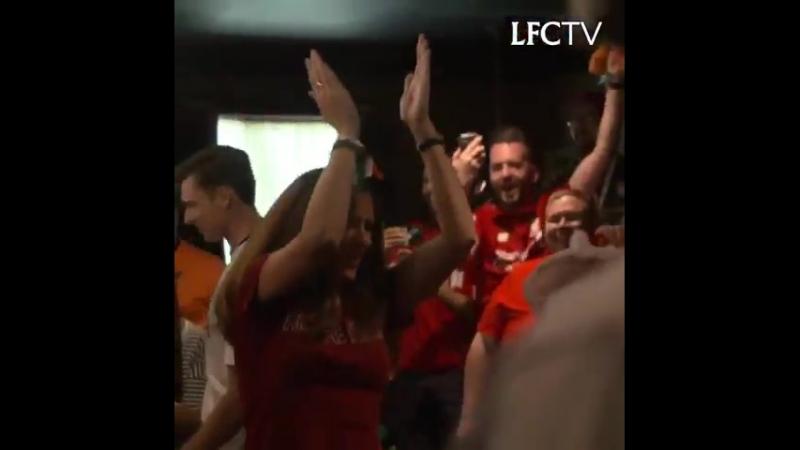 Юрген Клопп заглянул в бар с фанатами «Ливерпуля» в Мичигане, спел с ними и попил пива. Ну как его можно не любить?