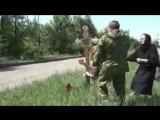 Захарченко и вдовы убитых в аэропорту Донецка россиян фотографируются на фоне руин ДАПа