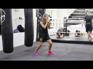 Тренировки для девушек в группе тайского бокса под руководством Светланы Винниковой
