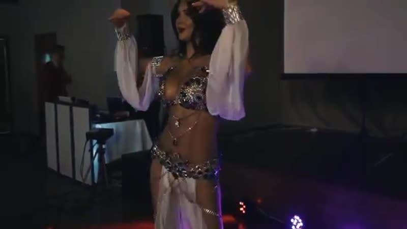 Даже девушка не удержалась и вышла танцевать
