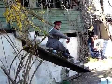 девушка на солнце и военный на завалинке дома времён Крымской войны