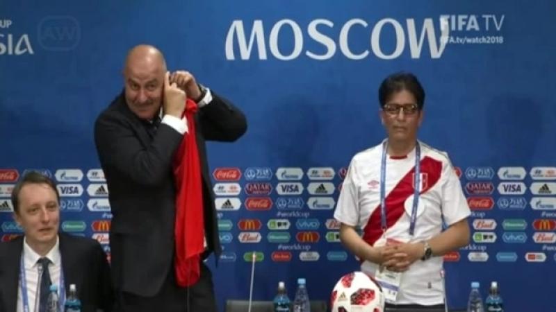 Stanislav Cherchésov técnico de la selección rusa agradece apoyo de periodista peruano en plena conferencia de prensa