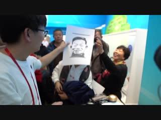 Робот-художник пишет портрет!