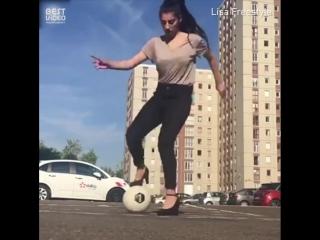 Футбольный фристайл от девушки