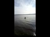 Витя ловит руками рыбу на Волге