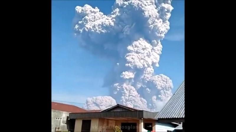 Извержение вулкана Синабунг. Индонезия