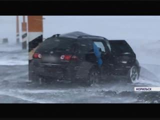 Автобусы буксуют, скамейки перевернуты: показываем последствия урагана в Норильске