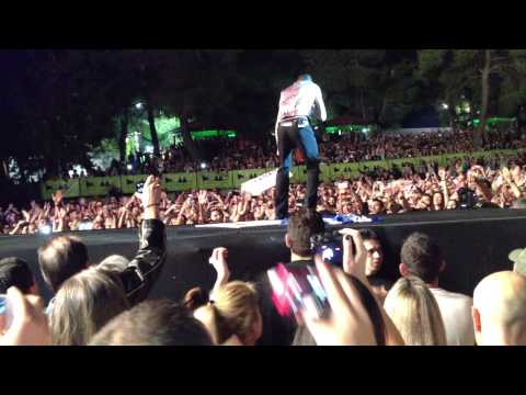 Dave Gahan gives an autograph on stage - Depeche Mode - Just can't get enough, Athens 2013