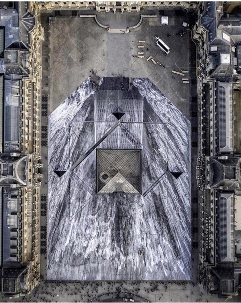 Уличный художник превратил пирамиду Лувра в невероятную оптическую иллюзию В честь празднования 30-летия знаменитой стеклянной пирамиды Лувра французский уличный художник JR окружил её