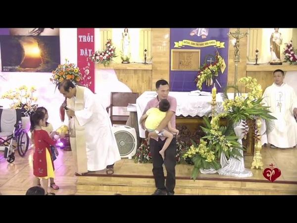 3 Bạn Nhỏ Đến Với Lòng Chúa Thương Xót Dành Tặng Heo Đất Để Làm Việc Bác Ái