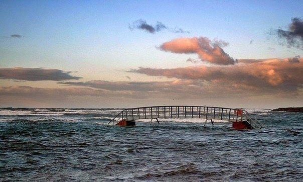 Мост посреди моря