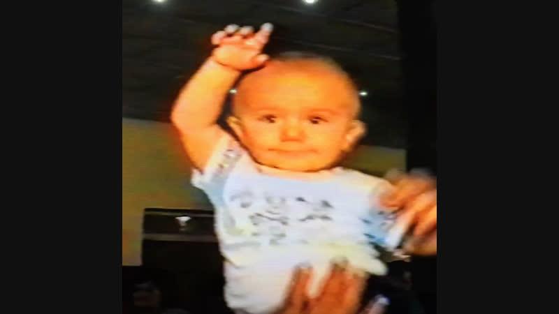 Уже с малых лет танцую на руках у дедушки😄😍❤️ Свадьба дяди.