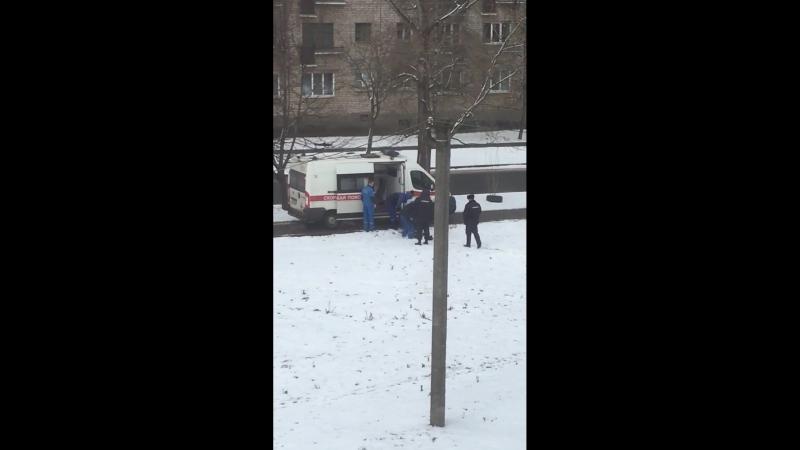 Город Псков, 20 марта 2018. Работа скорой помощи совместно с полицией.