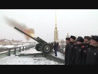 Путин выстрелил из пушки в Санкт-Петербурге