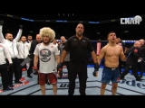 Исторический момент. На Хабиба Нурмагомедова надевают пояс UFC.