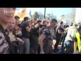 Протестующие пытались проникнуть в здание парламента в Киеве во время демонстрации, чтобы облегчить правила украинского гражданс