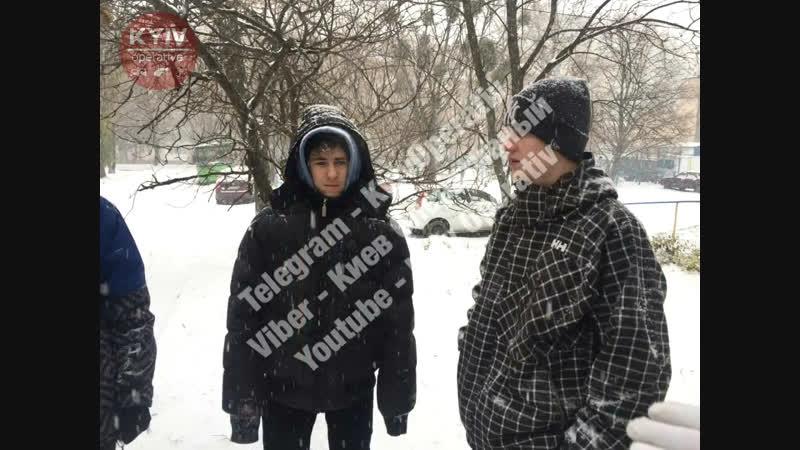 В Киеве трое подростков брызгали прохожим в лицо слезоточивый газ и снимали реак