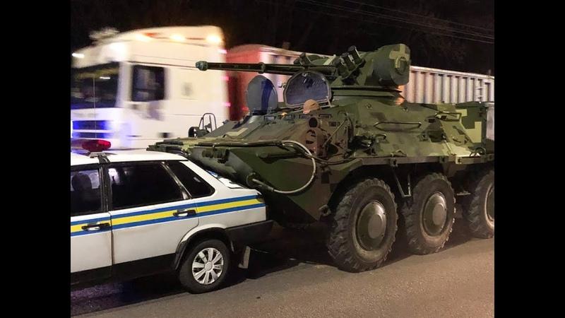 В Киеве у БТР отказали тормоза и он влетел в машину военной инспекции