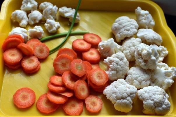 салат из цветной капусты и брокколи с яйцом летом так хочется свежей зелени и овощей! салаты становятся очень актуальны. попробуйте приготовить салат из сырых овощей, дополнив его яйцами и заправкой из лимонного сока и сливок. ингредиенты: цветная