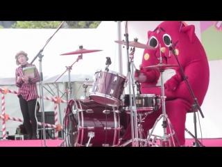 Смотрите как мощно он барабанит!