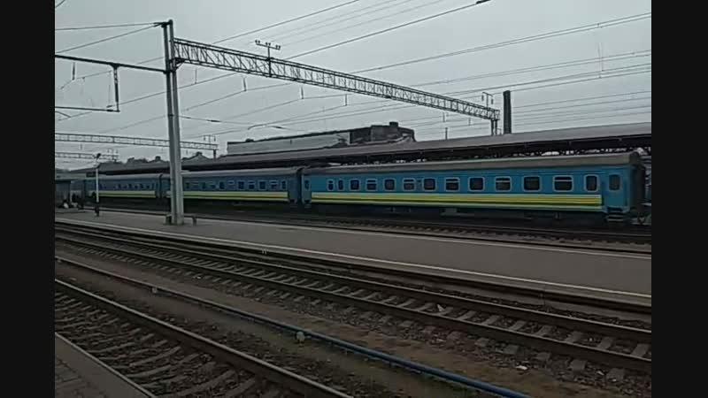 Электровоз ЧС8-077 с пассажирским поездом прибывает на станцию Конотоп