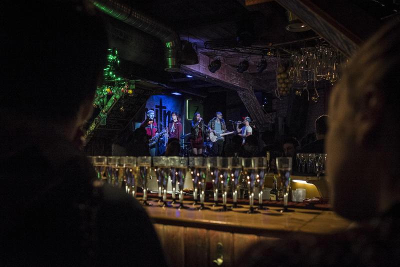 Ска-группа Ze Fish выступает перед рэп-баттлом в питерском баре