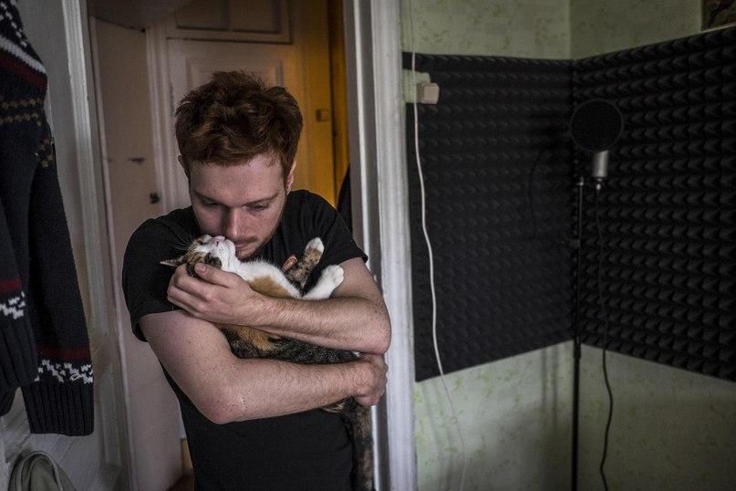 Эдик Левин с котом в мини-студии своей петербургской квартиры