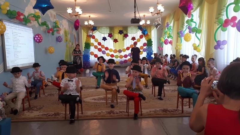 танец мальчиков на стульях