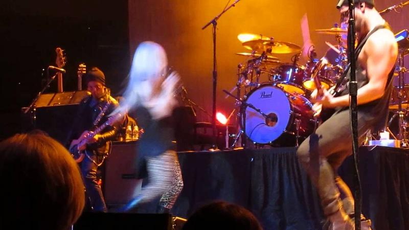 Avril Lavigne Sk8er Boi Live @ O Starry Night 10 12 2013