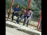 Видеофакт: человека обворовали посреди бела дня на остановке