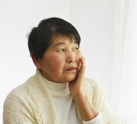 Повреждение гиппокампа может вызвать болезнь Альцгеймера, которая вызывает симптомы дезориентации и потери долговременной памяти.