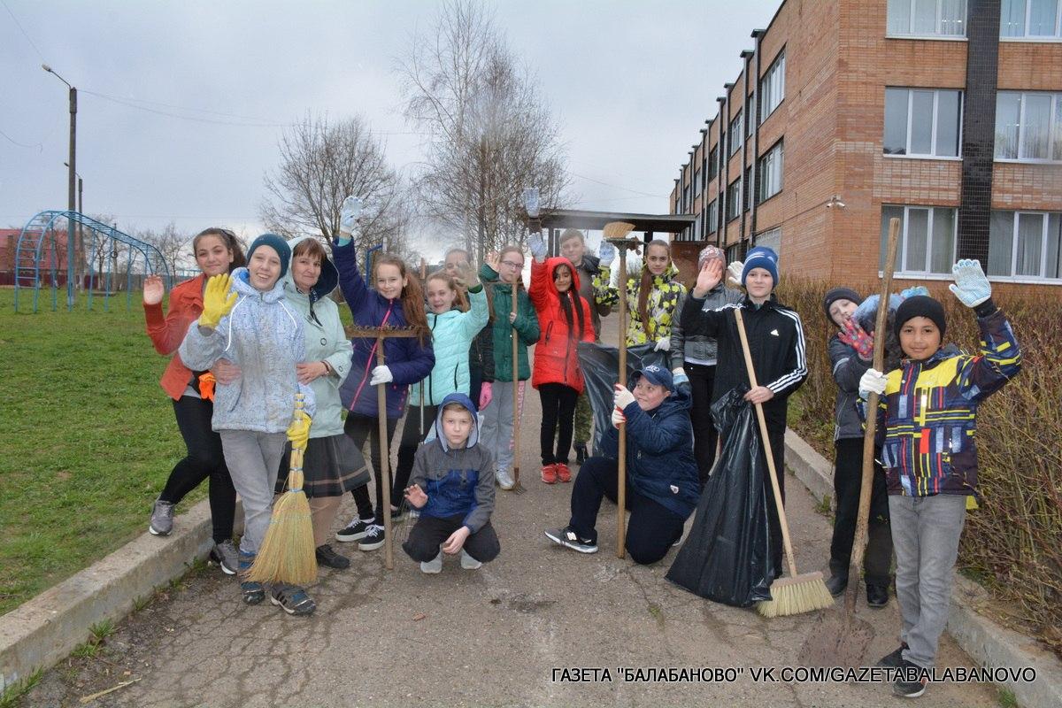 Школьники вышли на уборку территории