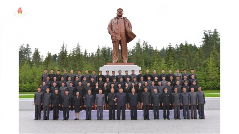 경애하는 최고령도자 김정은동지께서 삼지연군당위원회 일군들과 함께 뜻깊은 기념사진을 찍으시였다