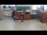 Артем и Таисия играют в мяч