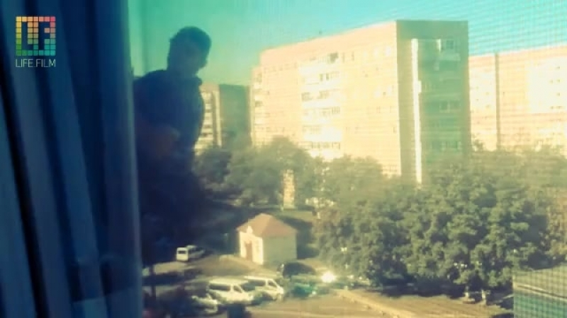 Мужик за окном 6-го этажа)