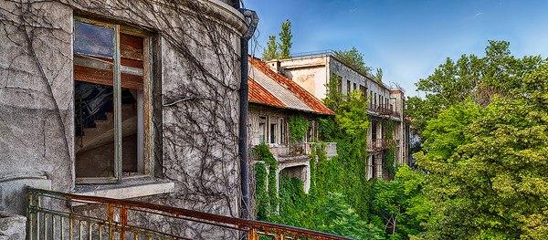 "9QeUWZ04OjE - Проект фотографа из Бухареста Marco Marinescu с красивым названием ""Filantropia"" - A Forgotten Ruin."
