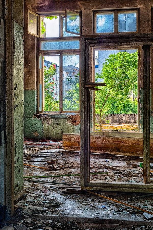 "GXV2n6ohnUY - Проект фотографа из Бухареста Marco Marinescu с красивым названием ""Filantropia"" - A Forgotten Ruin."