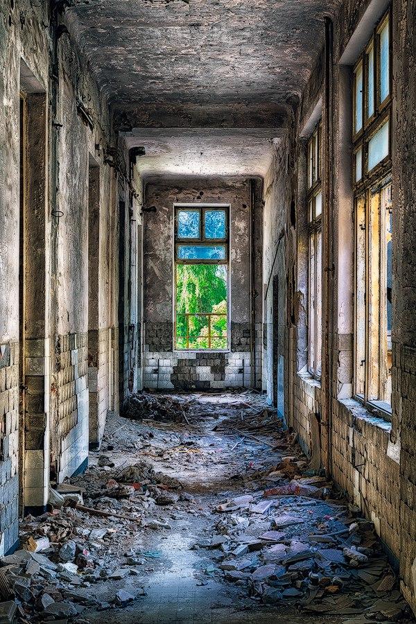 "5yl k9DV 9E - Проект фотографа из Бухареста Marco Marinescu с красивым названием ""Filantropia"" - A Forgotten Ruin."
