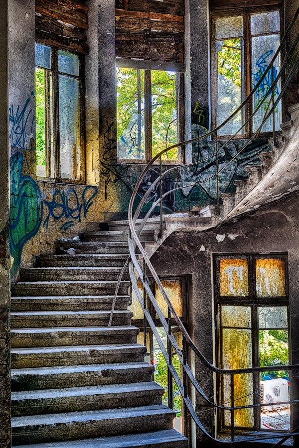 "nKOYA6GVU28 - Проект фотографа из Бухареста Marco Marinescu с красивым названием ""Filantropia"" - A Forgotten Ruin."