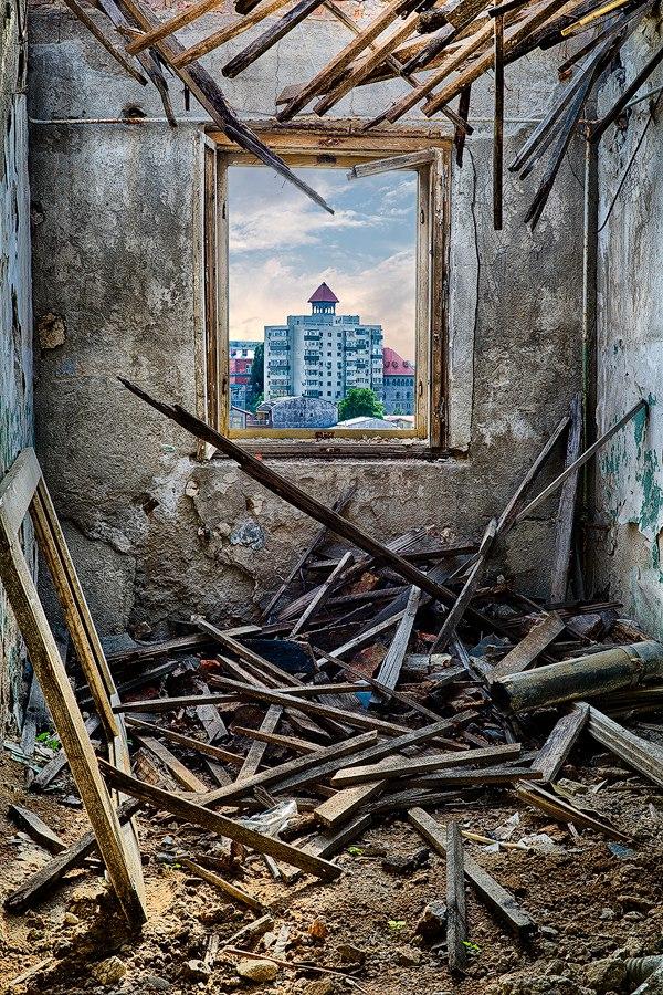 "b TXhRfxVIA - Проект фотографа из Бухареста Marco Marinescu с красивым названием ""Filantropia"" - A Forgotten Ruin."