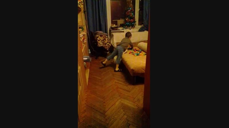 Венька убирает лего)