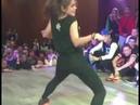 Девушка очень классно танцует