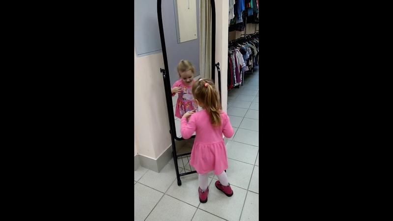 Саша кривляется и прихорашивается перед зеркалом. Как ПРИНЦЕССА!
