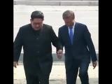 Президенты КНДР и Южной Кореи взялись за руки