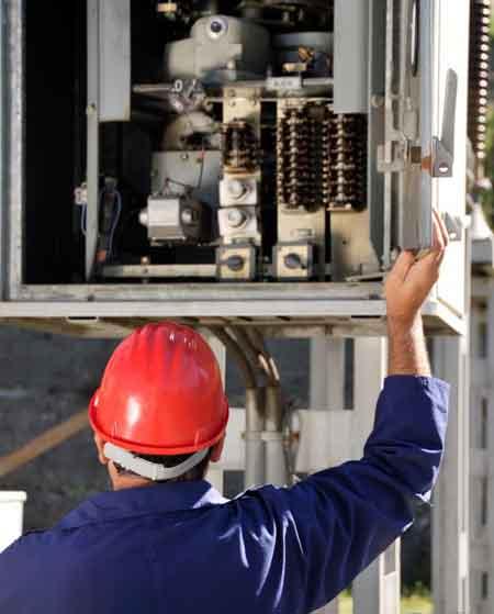 Инженеры-электрики проектируют системы доставки электроэнергии для конструкций