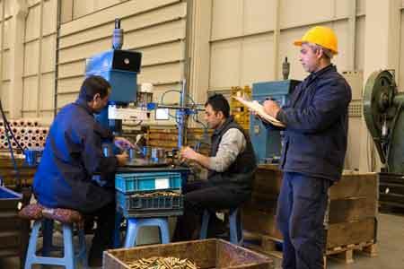 Инженер-технолог может контролировать работу различных систем на заводе-изготовителе