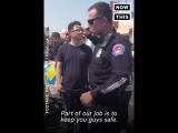 Вот как все полицейские должны обращаться с протестующими.