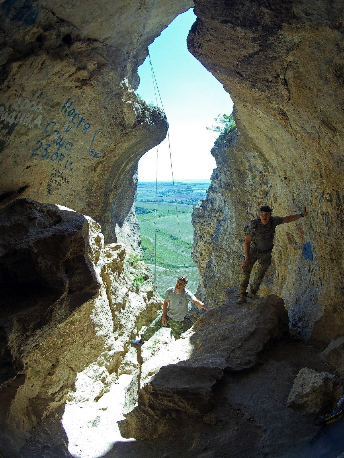 У входа в Змеиную пещеру