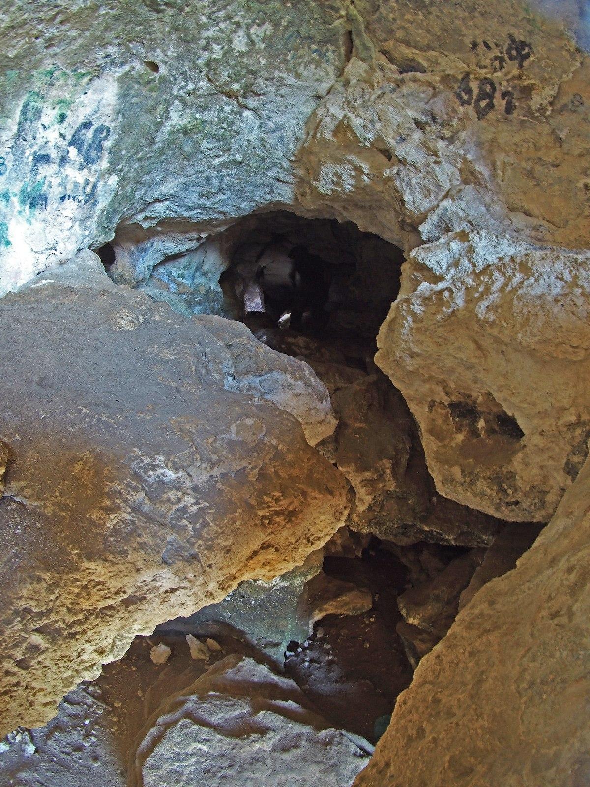 Силуэт человека в Змеиной пещере